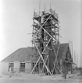 steiger bij bouw Gereformeerde kerk; Op 10 december 1959 legde Mr.P.C.D.de Hoop …