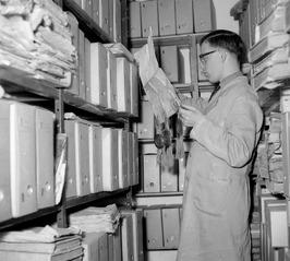 archiefmedewerker (?) op zoek naar een beschrijving van de streekverhaal
