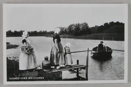 overzetveer; de veerman, waarschijnlijk J. la Soe, zette met zijn roeiboot de vi…