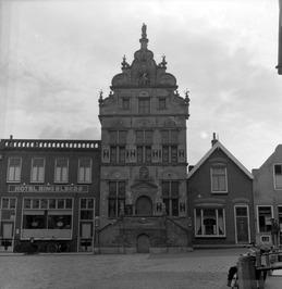 Stadhuis uit de 17e eeuw. Links hotel Ringelberg van Rinus Ringelberg.