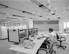 Topshuis van waaruit de schuiven van de pijlerdam worden bediend; computers