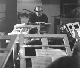 de dirigent van het Middelburgs Muziek Korps