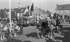 genodigden in een rijtuig arriveren voor de opening van de folkloristische dag