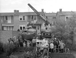 transport gerestaureerd jacht uit tuin van Willem Schrijver aan J.D. van Mellest…