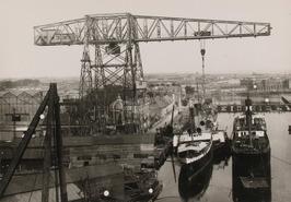 de grote kraam met daaronder de radarboot Prins Hendrik en ss M.I. Mandall
