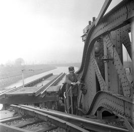 spoorwegwachter draait de spoorbrug open over de Arne tussen Middelburg en Arnem…