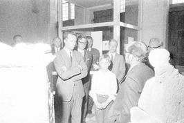 Koning Boudewijn van België (links) luistert naar P. Stuart, conservator van het…
