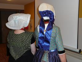 links Annie Poortvliet en rechts Hannie Louwerse tijdens promotie biblioservice …