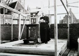 bouw Rooms-Katholieke kerk aan de Bachtensteene; eerste steenlegging door bouwpa…