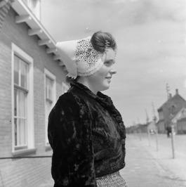 Vrouw in Walcherse klederdracht.