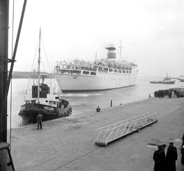 aankomst van het passagierschip Falvia in de buitenhaven