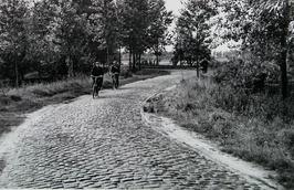 weg Hulst-Absdale, nabij fort Ferdinandus; mannen op fiets