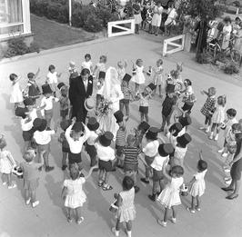 huwelijk van Jansen en Janny Fioole, schoolplein met leerlingen