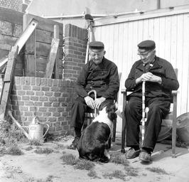 twee 100-jarigen; hond
