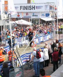 Kustmarathon Zeeland, hardloper over de finish.