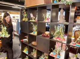Opening ZB| Bibliotheek Vlissingen voor kinderen. Kast met kunstwerkjes.