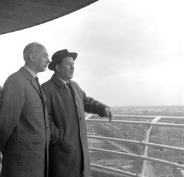 staatssecretaris van Economische Zaken, Drs. J.A. Bakker (links) en burgemeester…
