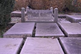 Graven op de Sefardische begraafplaats aan de Jodengang. Het graf omgeven door e…