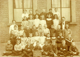 school B of Gravenstraat school; voorste rij 3e van links Arjaan Schuiling, woon…