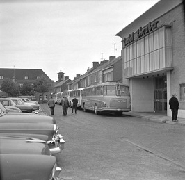 Ledeltheater; autobussen, auto's