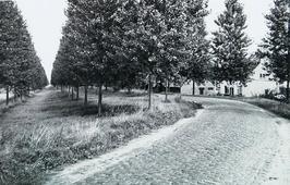 weg Absdale-Drieschouwen, nabij fort Ferdinandus; voor verbetering